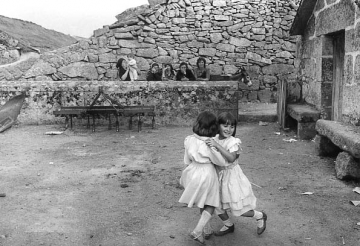 medium_01_Morgade-Serra_do_Barroso-Tràs_os_montes-août_1983-à_l_occasion_du_mariage_d_un_couple_d_émigrés-photo_Georges_Dussaud.2.jpg